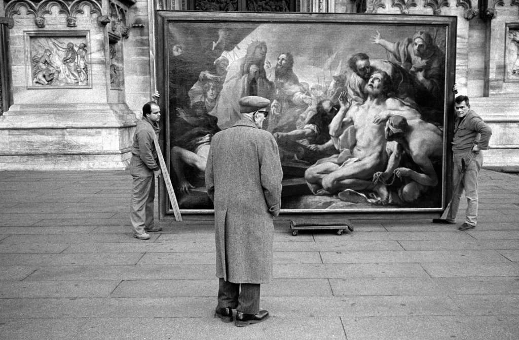 About Cradoc fotoSoftware - Man viewing painting. Milan, Italy. © Cradoc Bagshaw